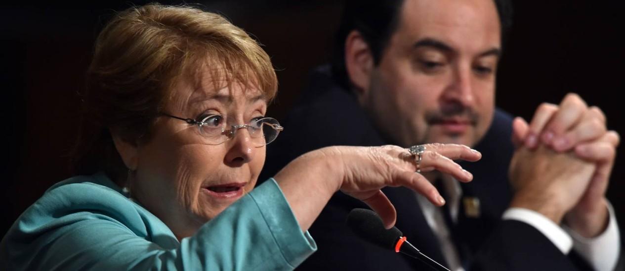 Bachelet fez várias mudanças do governo, mas não consegue estancar sangria na opinião pública Foto: CRIS BOURONCLE / AFP