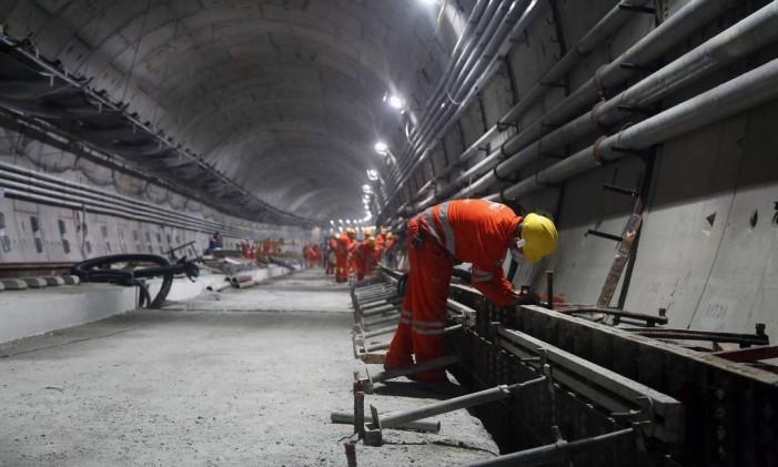 Operários trabalham em um dos túneis da obra da Linha 4 do metrô, que vai ligar Ipanema à Barra da Tijuca: segundo o TCE, o empreendimento, orçado em R$ 8,7 bilhões, que vão ligar a Zona Sul à Barra Foto: Felipe Hanower / Agência O Globo (29/05/2015)