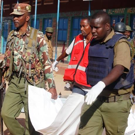 Policia no Quênia leva corpo após ataque matar ao menos 14 pessoas no Norte do país Foto: Stringer / AP