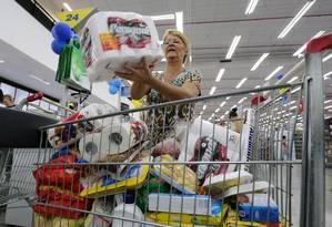 Consumidor estoca para fazer frente à crise Foto: Marcelo Theobald/3-6-2015