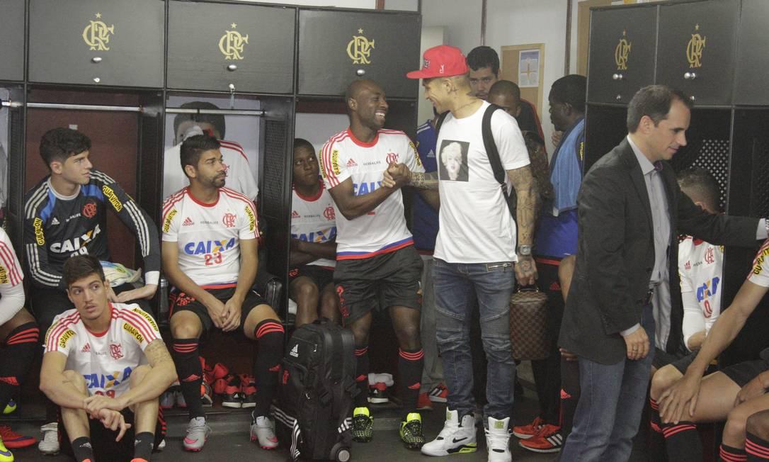 Guerrero é recebido pelos jogadores rubro-negros no vestiário Gilvan de Souza/Flamengo