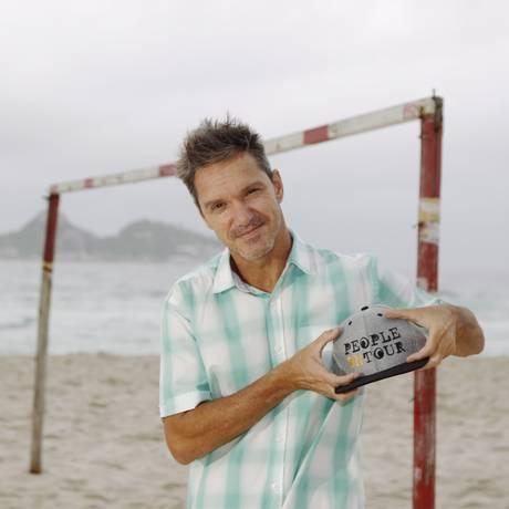 Fotógrafo Pedro Burckauser mostra o boné do projeto People on Tour Foto: Agência O Globo / Eduardo Naddar