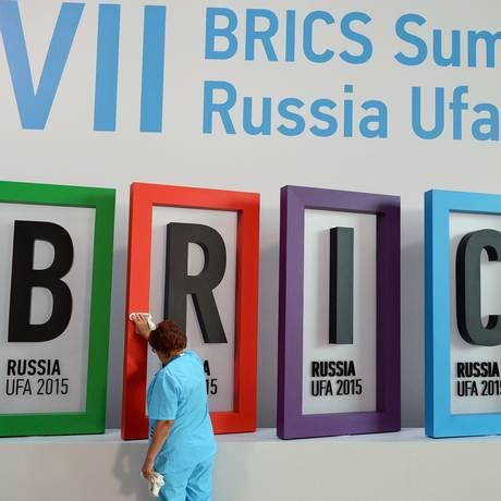 Letreiro do encontro dos Brics em Ufá, na Rússia, é limpo Foto: Ria Novosti / AFP
