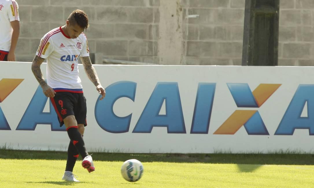O atacante peruano toca na bola durante atividade no Ninho do Urubu: Flamengo teve que esperar para enfim ver o novo contratado trabalhando no clube Cezar Loureiro / Agência O Globo