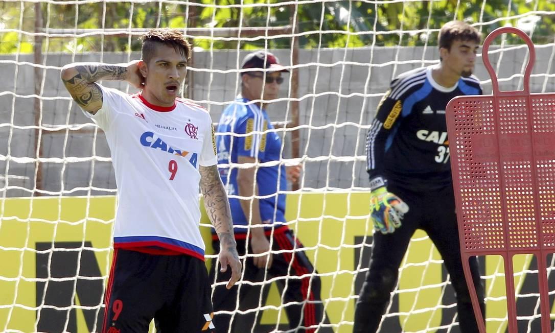 Mesmo cansado da viagem de Lima ao Rio, Guerrero chegou de madrugada e foi treinar pela manhã no Ninho do Urubu Cezar Loureiro / Agência O Globo