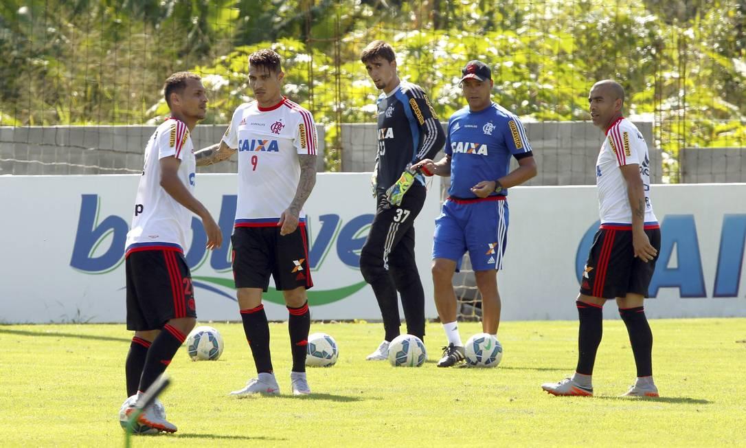 Guerrero com seus novos companheiros no Flamengo: entre a contratação e a apresentação teve a Copa América, pela seleção do Peru Cezar Loureiro / Agência O Globo