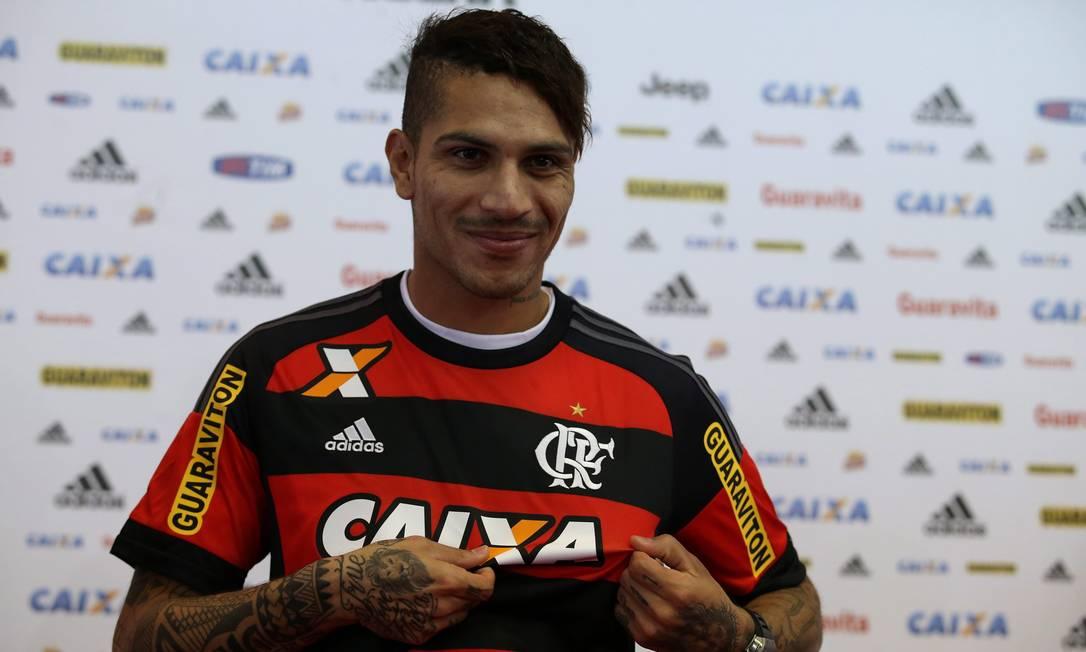 Guerrero posa com a camisa do Flamengo durante a coletiva em que foi oficialmente apresentado como novo reforço rubro-negro Rafael Moraes / Extra