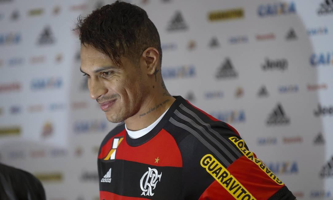 Guerrero após vestir a camisa rubro-negra na coletiva de sua apresentação Alexandre Cassiano / O Globo