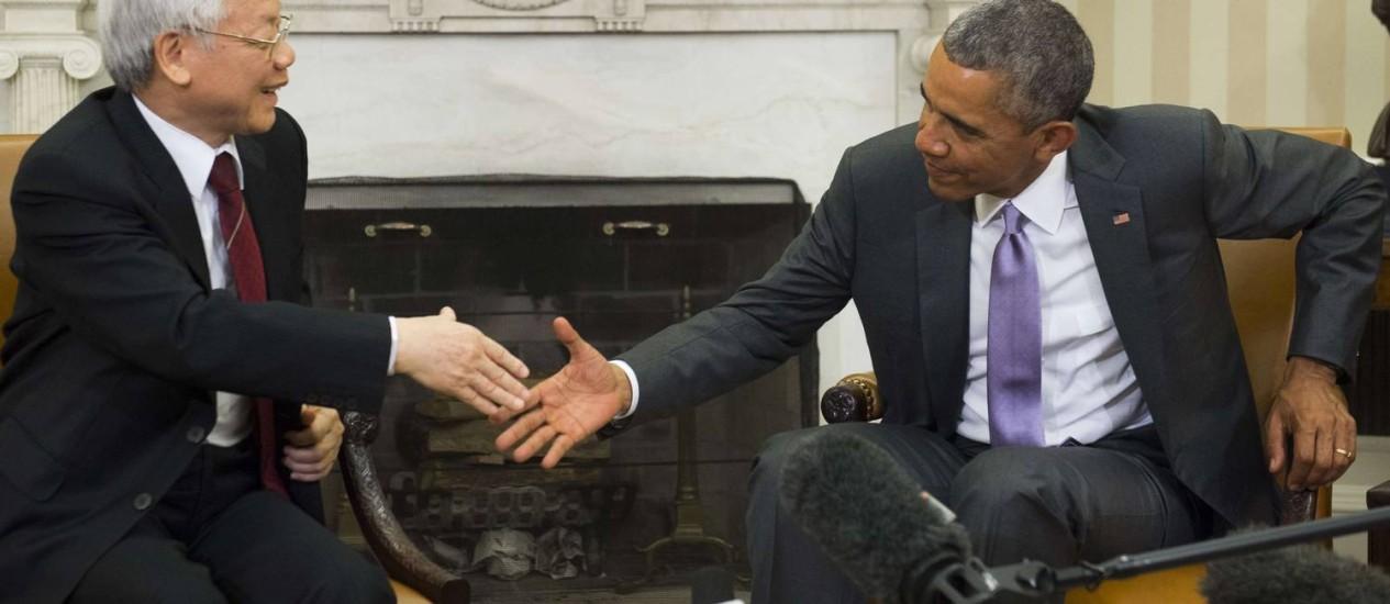 O secretário-geral do Partido Comunista do Vietnã, Nguyen Phu Trong, e o presidente dos EUA, Barack Obama, na Casa Branca Foto: SAUL LOEB/AFP
