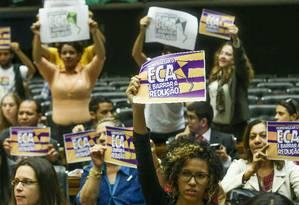 Convidados de sessão em homenagem aos 25 anos do Estatuto da Criança e do Adolescente (ECA) erguem cartazes contra a redução da maioridade penal Foto: ANDRE COELHO / Agência O Globo