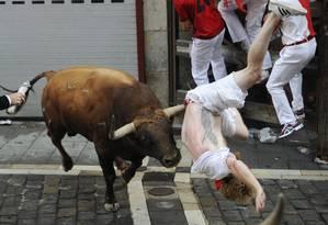 Três homens levaram chifradas e 10 outros foram levados ao hospital no primeiro dos oito dias do festival de São Firmino, na cidade espanhola de Pamplona Foto: ANDER GILLENEA / AFP