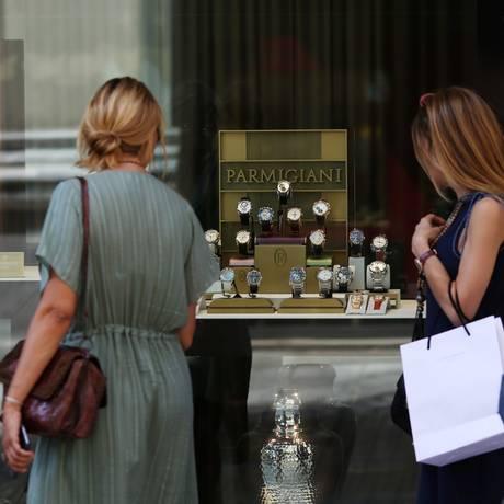 Cidadãos gregos garantem compras antes que situação econômica do país piore Foto: Chris Ratcliffe / Bloomberg