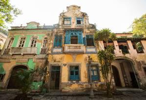 Partes das fachadas dos casarões estão caindo Foto: Bárbara Lopes / Agência O Globo