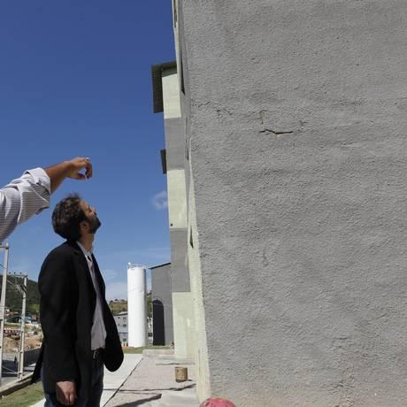 O engenheiro Edson Benigno aponta ao deputado Flávio Serfini rachadura na fachada de prédio Zilda Arns Foto: Pedro Teixeira / Agência O Globo