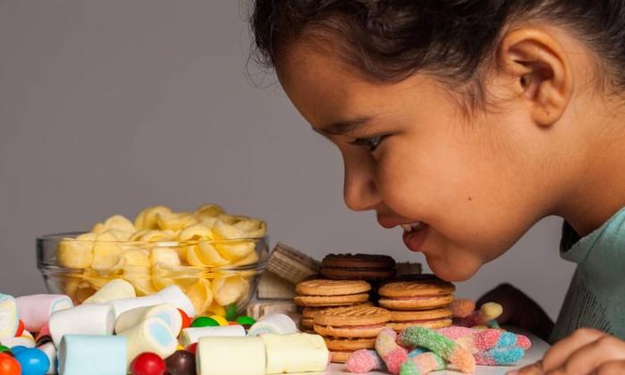 Resultado de imagem para criança comendo guloseimas frente a tv