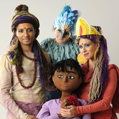 O elenco do espetáculo, em cartaz até dia 16 de agosto, com Antônio Trigre (à esquerda) Foto: Carol Chediak / Divulgação