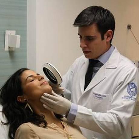 Três-em-um. O dermatologista Daniel Coimbra cuida da pele da cantora Emanuelle Araújo Foto: Gustavo Bastos / Divulgação