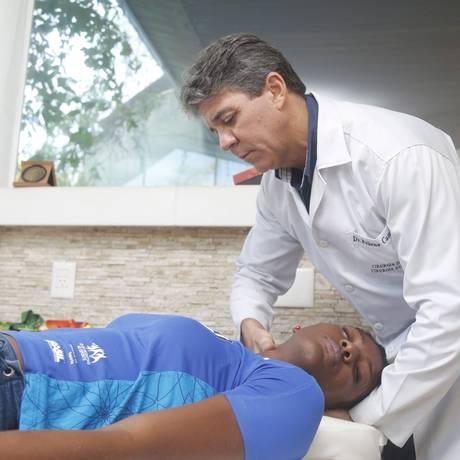 Tratamento. O osteopata Rubene Campos e a heptatleta Tamara Alexandrino: massagem restauradora Foto: Felipe Hanower / Agência O Globo