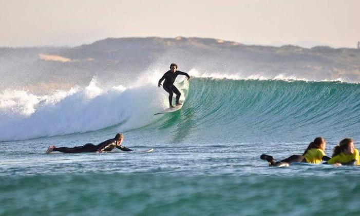 Praticar surfe pelas praias do continente é uma das opções durante a estação Foto: Divulgação