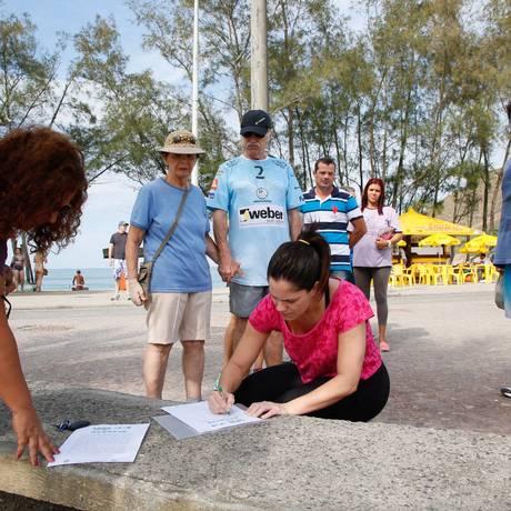 Moradora assina texto a ser enviado a órgãos públicos Foto: Marcos Tristao / Agência O Globo
