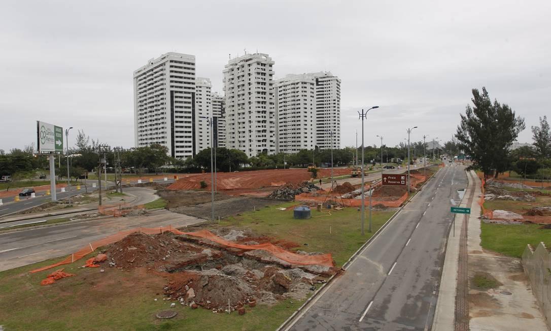 Obras do Terminal Recreio em frente ao condomínio Barra Bali Foto: Pedro Teixeira