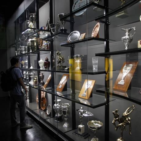 Troféus expostos no Museu da CBF, na Barra Foto: Pedro Teixeira / Agência O Globo