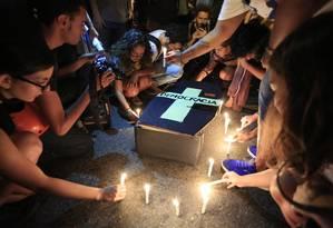 Manifestantes fizeram um enterro simbólico do deputado Eduardo Cunha (PMDB-RJ) Foto: Fernando Quevedo