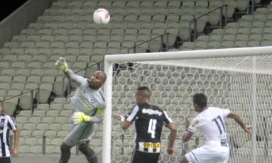 Jefferson espalma a bola na partida entre Ceará e Botafogo Foto: Terceiro / Agência O Globo