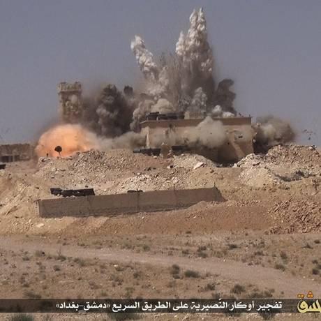 Foto divulgada em 18 de junho por um site de militantes do Estado Islâmico mostra explosões em um alvo das forças do governo sírio atacada por extremistas na estrada Damasco-Bagdá, perto de Damasco, na Síria Foto: AP
