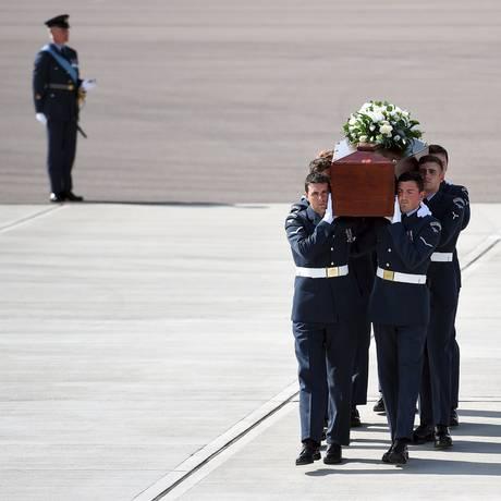 Caixões com corpos de britânicos mortos em ataque a praia na Tunísia são levados para o Reino Unido Foto: POOL / REUTERS