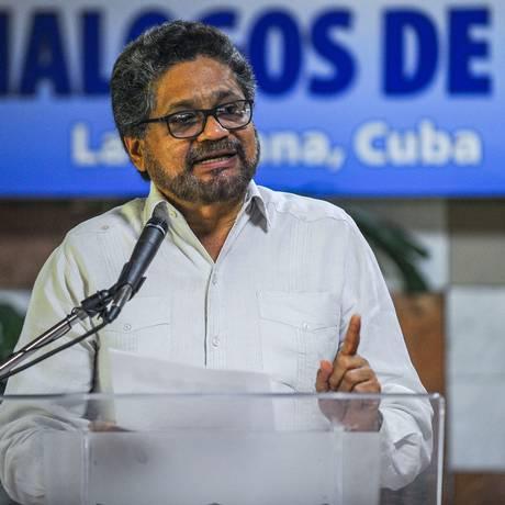 O chefe da delegação das Farc, Iván Marquez, lê um comunicado durante as negociações de paz com o governo colombiano, em 7 de julho de 2015, em Havana Foto: YAMIL LAGE / AFP