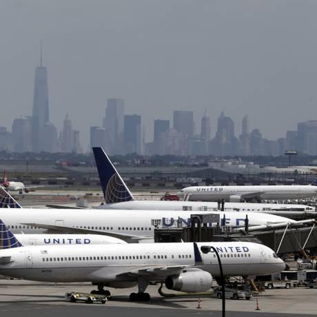 Voos da United Airlines no aeroporto internacional de Newark, em 22 de julho Foto: Julio Cortez / AP