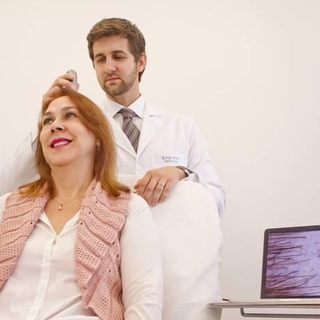 Rodrigo Pirmez faz um diagnóstico dos fios de Marize Perzian: resultados notórios a partir de seis meses de tratamento Foto: Agência O Globo / Bia Guedes