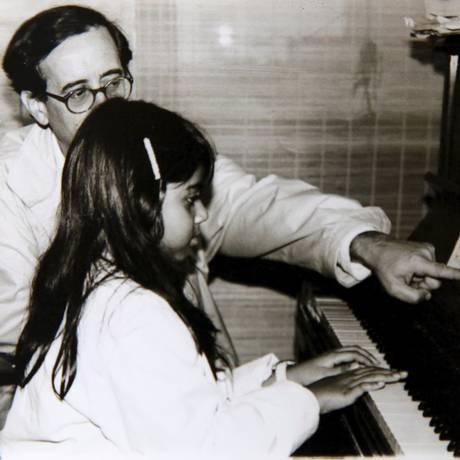 O músico Antonio Adolfo, em uma das aulas dadas no início da escola, no Leblon: 30 anos de formação prática Foto: Marcos Tristão/Agência O Globo / Reprodução