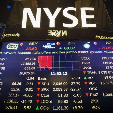 Tela na Bolsa de Valores de Nova York mostra quando as negociações foram interrompidas nesta quarta-feira Foto: LUCAS JACKSON / REUTERS