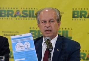 Janine. Ministro cobrou dos senadores medidas que evitem perdas de recursos do petróleo para a educação Foto: Wilson Dias/ 09-06/2015 / Agência O Globo
