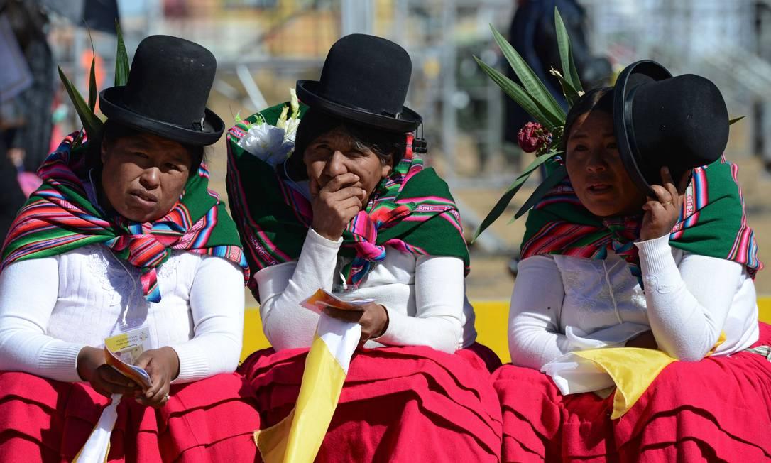 Em El Alto, próximo a La Paz, indígenas aguardam a chegada do Papa CRIS BOURONCLE / AFP
