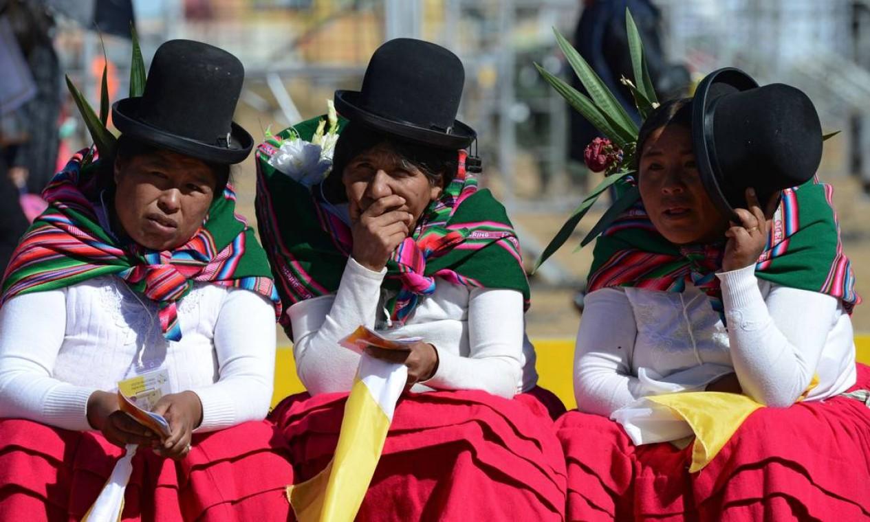 Em El Alto, próximo a La Paz, indígenas aguardam a chegada do Papa Foto: CRIS BOURONCLE / AFP