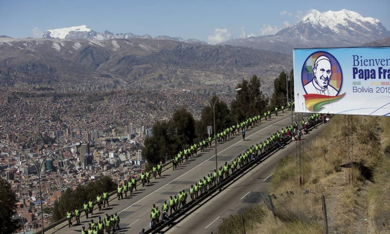 Policiais tomam posição na rodovia que a comitiva do Papa percorrerá em El Alto Foto: Rodrigo Abd / AP