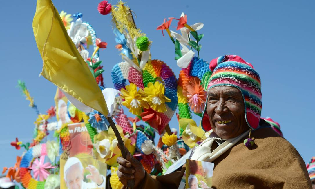 O Pontífice chega nesta quarta à Bolívia, depois de três dias no Equador. Até domingo, quando volta para o Vaticano, Francisco ainda visitará o Paraguai, completando, assim, uma viagem pelos três países mais pobres da América do Sul CRIS BOURONCLE / AFP
