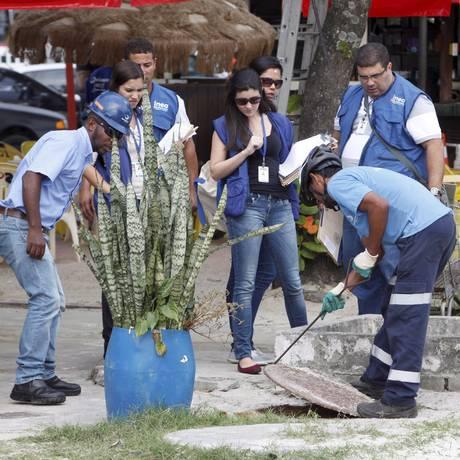 Agentes do Inea vistoriam quiosques na orla de Charitas para fiscalizar crimes ambientais Foto: Gustavo Stephan / Agência O Globo