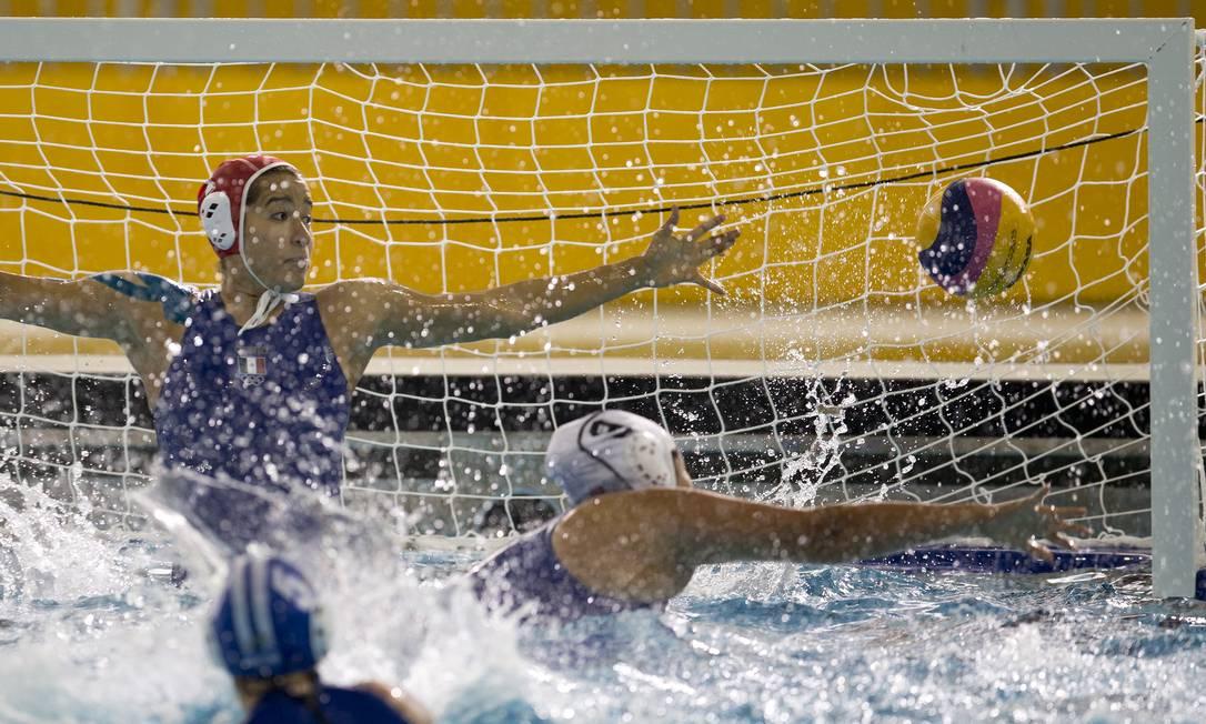 A agentina Camila Bertaina marca na partida contra o México Felipe Dana / AP