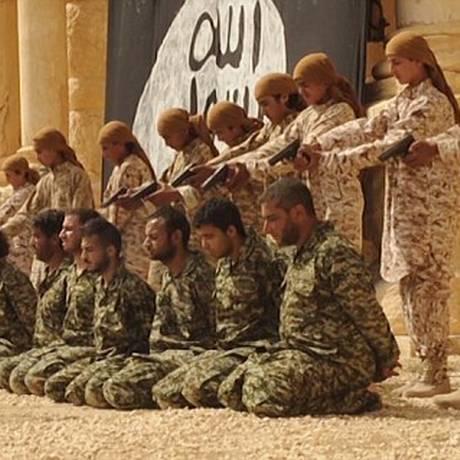 Imagem capturada de um vídeo divulgado pelo Estado Islâmico durante a execução de 25 pessoas no anfiteatro de Palmira, na Síria Foto: Reprodução