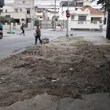 Pedestres acabam passando pela rua, ao invés da calçada: riscos de atropelamento Foto: Pedro Teixeira / Agência O Globo