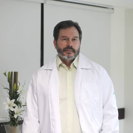 O cirurgião Wagner Teixeira trabalha em dois hospitais da região Foto: Pedro Teixeira / Agência O Globo