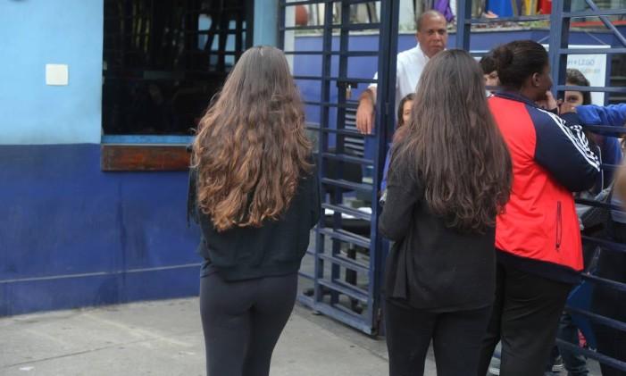 Alunos do PH, onde estudava Juliana Guedes, usam preto em luto pela morte da menina, vítima de caxumba Foto: Fabiano Rocha / Agência O Globo
