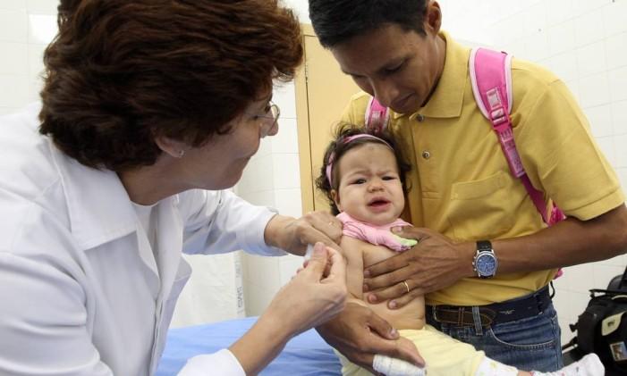 Criança é vacinada em posto de saúde da Tijuca Foto: Luis Alvarenga / Agência O Globo (19/09/08)