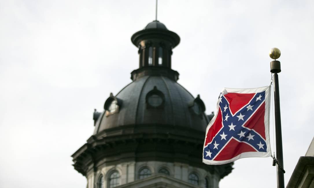 Bandeira confederada é alvo de fúria após ataque racista Foto: John Bazemore / AP