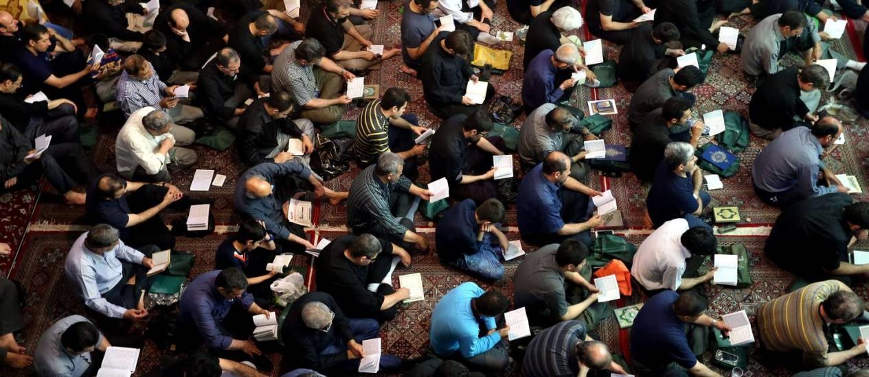 Xiitas iranianos oram em Teerã Foto: ATTA KENARE / AFP