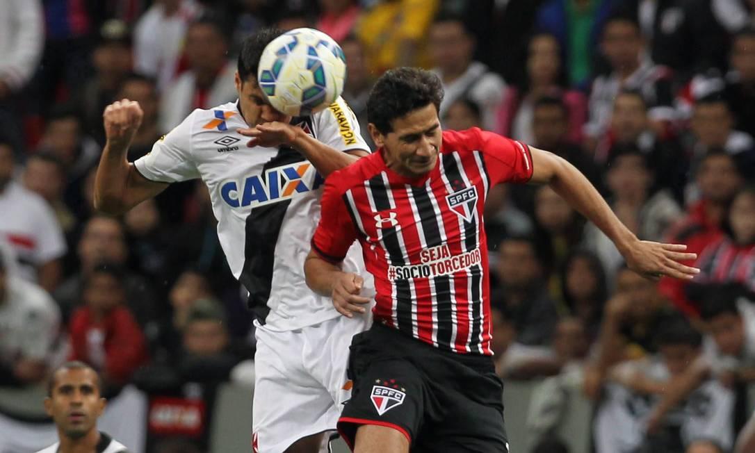 Lucas e Ganso disputam a bola no Mané Garrincha Jorge William / Agência O Globo
